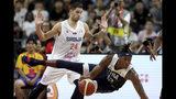 El jugador de Estados Unidos Myles Turner se cae cerca del serbio Stefan Jovic en un playoff de consolación de la Copa del Mundo de baloncesto en Dongguan, en el sur de China, el jueves, 12 de septiembre del 2019. Estados Unidos se irá de la Copa del Mundo de baloncesto con su peor posición en un torneo internacional importante, luego que la derrota de 94-89 ante Serbia le dejó sin posibilidades de cerrar más arriba de séptimo. (AP Foto/Ng Han Guan)