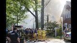 Personal de emergencias, bomberos y policías acuden al lugar donde una casa explotó y se incendió en la calle Garland en Edgewood, Pensilvania, el sábado 14 de septiembre de 2019. (Christian Snyder/Pittsburgh Post-Gazette vía AP)