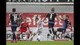 Amine Harit del Schalke, al centro, anota al superar al arquero del Paderborn Jannik Huth, durante el duelo de la Bundesliga, el domingo 15 de septiembre de 2019, en Paderborn, Alemania. (Friso Gentsch/dpa via AP)