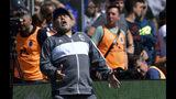Diego Maradona, técnico de Gimnasia y Esgrima La Plata, se lamenta luego que su equipo pierde una oportunidad de gol, durante un partido ante Racing, el domingo 15 de septiembre de 2019 (AP Foto/Gustavo Garello)