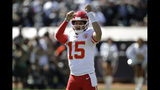 El quarterback de los Chiefs de Kansas City Patrick Mahomes manda las señales antes de una jugada en la primera mitad del juego ante los Raiders de Oakland, el domingo 15 de septiembre de 2019, en Oakland, California. (AP Foto/Ben Margot)