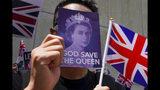 Un manifestante utiliza un cartel para taparse el rostro durante uan protesta pacífica ante el consulado británico en Hong Kong, el domingo 15 de septiembre de 2019. (AP Foto/Vincent Yu)
