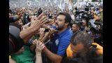 Simpatizantes saludan a Matteo Salvini, líder del partido Liga de Italia, en un mitin en apoyo al político, el domingo 15 de septiembre de 2019 en Pontida, en el norte del país. (AP Foto/Luca Bruno)