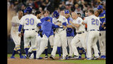 Los Marineros de Seattle rodean a Tom Murphy tras recibir un boleto con las bases llenas en el noveno inning para vencer a los Medias Blancas de Chicago, el domingo 15 de septiembre de 2019. (AP Foto/John Froschauer)