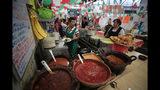 En esta imagen del 10 de septiembre de 2019, Maribel Sánchez lleva un chile en nogada preparado para un comensal en El Sabor, un restaurante familiar en el Mercado de Juárez que sirve chiles en nogada las semanas previas al Día de la Independencia de México, en Ciudad de México. (AP Foto/Rebecca Blackwell)
