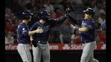 De izquierda a derecha, los jugadores de los Rays de Tampa Bay Joey Wendle, Austin Meadows y Ji-Man Choi se reúnen en el plato después de ser remolcados por un doble con las bases llenas de Travis d'Arnaud en el sexto inning de su juego de béisbol contra los Angelinos de Los Ángeles, el sábado 14 de septiembre de 2019 en Anaheim, California, EEUU. (AP Foto/Marcio Jose Sanchez)
