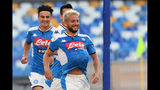 Dries Mertens festeja luego de anotar por el Napoli en el partido por la Serie A italiana frente a Sampdoria, en el estadio San Paolo de Nápoles, Italia, el sábado 14 de septiembre de 2019. (Ciro Fusco/ANSA via AP)