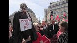 Un abogado sostiene un esqueleto que representa un abogado muerto durante una protesta contra la reforma pensionaria en París, el lunes 16 de septiembre de 2019. (AP Foto/Michel Euler)