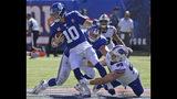 Eli Manning, quarterback de los Giants de Nueva York, es derribado durante el encuentro del domingo 15 de septiembre de 2019, ante los Bills de Buffalo (AP Foto/Bill Kostroun)