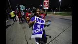 Miembros del sindicato United Auto Workers forman un piquete ante la planta de montaje de General Motors Detroit-Hamtramck en Hamtramck, Michigan, en la madrugada del lunes 16 de septiembre de 2019. (AP Foto/Paul Sancya)