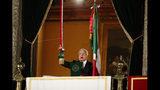 """El presidente de México, Andrés Manuel López Obrador, hace sonar una campana mientras da el """"grito"""" tradicional con motivo del Día de la Independencia en el balcón del Palacio Nacional, el domingo 15 de septiembre de 2019. (AP Foto/Rebecca Blackwell)"""