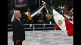"""El presidente de México, Andrés Manuel López Obrador, participa en una ceremonia en memoria de los """"Niños Héroes"""", un grupo que cadetes que murieron defendiendo la academia militar de fuerzas invasoras estadounidense en la Batalla de Chapultepec en 1847, durante la guerra entre ambos países, en Ciudad de México, el viernes 13 de septiembre de 2019. py, Friday, Sept.13, 2019. (AP Foto/Marco Ugarte)"""