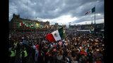 """En la imagen, gente llenando el Zócalo de Ciudad de México antes del """"grito"""" anual con motivo del Día de la Independencia en el balcón del Palacio Nacional, el domingo 15 de septiembre de 2019. (AP Foto/Rebecca Blackwell)"""