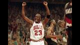 ARCHIVO - En esta foto del 14 de junio de 1992, Michael Jordan festeja una victoria de los Bulls de Chicago sobre los Trail Blazers de Portland, en la Final de la NBA (AP Foto/John Swart, File)