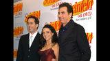 """En esta foto del 17 de noviembre de 2004, Jerry Seinfeld, Julia Louis Dreyfus y Michael Richards, de izquierda a derecha, llegan al lanzamiento de las primeras tres temporadas de """"Seinfeld"""" en DVD, en Nueva York. Netflix dice que emitirá los 180 episodios de """"Seinfeld"""" a partir de 2021, sumando a su librería una serie enormemente popular mientras la batalla por los espectadores se calienta. (AP Foto/ Louis Lanzano, Archivo)"""