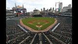 Los aficionados observan en Comerica Park el quinto inning de un juego de béisbol entre los Tigres de Detroit y los Orioles de Baltimore, en Detroit, el lunes 16 de septiembre de 2019. (AP Foto/Paul Sancya)