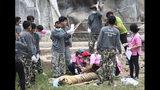 ARCHIVO - En esta fotografía del 30 de mayo de 2016, funcionarios de vida silvestre retiran a uno de 147 tigres que fueron mantenidos en cautiverio en un templo budista en la provincia de Kanchanaburi, Tailandia. (AP Foto, Archivo)