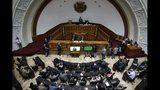 Legisladores opositores escuchan al líder y autoproclamado presidente interino Juan Guaidó durante una sesión semanal en la Asamblea Nacional en Caracas, Venezuela, el martes 17 de septiembre de 2019. (AP Foto/Ariana Cubillos)