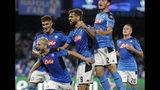 Dries Mertens (izquierda), del Napoli, festeja luego de anotar el primer tanto frente a Liverpool en un partido de la Liga de Campeones, el martes 17 de septiembre de 2019 (AP Foto/Gregorio Borgia)