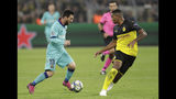 El argentino del Barcelona Lionel Messi controla el balón frente a Manuel Akanji, del Dortmund, durante el duelo por el Grupo F de la Liga de Campeones, el martes 17 de septiembre de 2019, en Dortmund, Alemania. (AP Foto/Michael Probst)