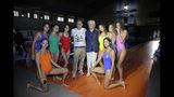 El diseñador Jean-Charles de Castelbajac, en el centro a la izquierda, y Luciano Benetton, cofundador del grupo Benetton, pose posan con modelos al concluir la presentación de la colección primavera/verano 2020 de Benetton en Milán, Italia, el martes 17 de septiembre del 2019. (AP Foto/Luca Bruno)