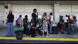 Evacuados por el huracán Dorian esperan a familiares o amigos tras ser evacuados de Freeport, en Gran Bahamas, en el crucero Grand Celebration, el miércoles 18 de septiembre del 2019 en Riviera Beach, Florida. (AP Foto/Brynn Anderson)