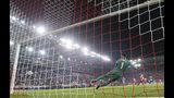 Mathieu Valbuena anota de penal el segundo gol de Olympiakos en el partido ante Tottenham por la Liga de Campeones, en Pireos, Grecia, el miércoles 18 de septiembre de 2019. (AP Foto/Thanassis Stavrakis)
