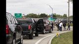Un piquete de trabajadores impide el ingreso de vehículos a la planta de General Motors en Flint, Michigan, durante la huelga declarada por el sindicato automotor UAW contra la empresa, 17 de septiembre de 2019. (Sara Faraj/MLive.com/The Flint Journal via AP)