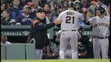 El jugador de los Gigantes de San Francisco, Stephen Vogt (21), es felicitado por el manager Bruce Bochy, izquierda, luego de producir una carrera con un elevado de sacrificio durante el octavo inning de un juego de béisbol contra los Medias Rojas de Boston, el miércoles 18 de septiembre de 2019, en Boston. (AP Foto/Charles Krupa)