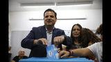 ARCHIVO - En esta foto de archivo del 17 de septiembre de 2019, el político árabe israelí Ayman Odeh vota en Haifa, Israel. La coalición árabe israelí parece surgir como principal bloque de oposición luego de las elecciones del martes. (AP Foto/Ariel Schalit, File)