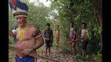 """Sergio Muxi Tembé, jefe de la aldea Tekohaw, junto a miembros de su tribu, espera a que llegue la policía, en la reserva indígena de Alto Río Guamá en el estado de Pará, Brasil, el 4 de septiembre de 2019. """"No queremos que nos maten las balas"""", dijo. """"Queremos que el gobierno federal asuma su responsabilidad y garantice el derecho que tenemos a vivir en nuestras tierras, a vivir en paz"""". (AP Foto/Luis Andres Henao)"""