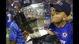 Jonathan Rodríguez (21) del Cruz Azul besa el trofeo de la Leagues Cup tras vencer 2-1 a Tigres en la final del torneo en Las Vegas, el miércoles 18 de septiembre de 2019. (Erik Verduzco/Las Vegas Review-Journal via AP)
