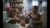 En esta foto del miércoles 21 de agosto de 2019, Vivien Tartter, a la izquierda, visita a su huésped, la inmigrante guatemalteca Rosayra Pablo Cruz, en un apartamento en la planta baja que Tartter puso a disposición de Cruz y su familia, en Nueva York. (AP Foto / Bebeto Matthews)