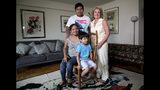 En esta foto del miércoles 21 de agosto de 2019, la inmigrante guatemalteca Rosayra Pablo Cruz, a la izquierda, y sus hijos Yordy, de 17 años, y Fernando, de 6, posan con su anfitriona Vivien Tartter, una profesora universitaria que abrió su hogar a la familia en Nueva York. (AP Foto / Bebeto Matthews)