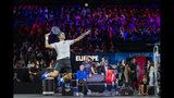 El suizo Roger Federer, del Equipo Europa, devuelve la pelota en unan sesión de entrenamientos para la Copa Laver en Ginebra, Suiza. Los torneos por equipos están teniendo una resurgencia en el circuito masculino de tenis, con tres torneos diferentes en los próximos cuatro meses. Lo que no está claro, no obstante, es si podrán coexistir. (KEYSTONE/Martial Trezzini)