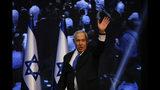 El primer ministro israelí, Benjamin Netanyahu, saluda a sus simpatizantes en la sede de un partido tras las elecciones en Tel Aviv, Israel, el miércoles 18 de septiembre de 2019. (AP Foto/Ariel Schalit)