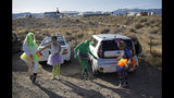 De izquierda a derecha: Alex Clark, Carolyn Milner, Audrie Clark y Lucinda Clark bailan a un lado de su auto en el evento Storm Area 51 Basecamp el viernes 20 de septiembre de 2019 en Hiko, Nevada. (AP Foto/John Locher)