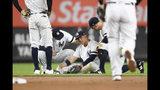 El segunda base de los Yanquis de Nueva York, el venezolano Gleyber Torres, permanece sentado sobre el césped después de que se lesionara una pierna cuando intentaba atrapar un roletazo en la cuarta entrada del partido contra los Azulejos de Toronto en Nueva York, el viernes 20 de septiembre de 2019. (AP Foto/Sarah Stier)