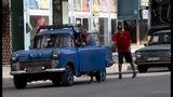 Un conductor empuja su vehículo hacia una estación de servicio en La Habana, Cuba, el jueves 19 de septiembre de 2019. (AP Foto / Ismael Francisco)