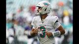 El quarterback de los Dolphins de Miami Josh Rosen observa el marcador durante la segunda mitad del partido de la NFL contra los Ravens de Baltimore, el domingo 8 de septiembre de 2019, en Miami Gardens, Florida. (AP Foto/Brynn Anderson)