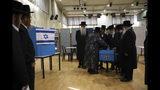 Judíos ultraortodoxos observan al rabino Israel Hager votar en Bnei Bark, Israel, el 17 de septiembre del 2019. El malestar de los laicos con la creciente influencia de los ultraortodoxos en el gobierno le costó muchos votos a Benjamin Netanyahu en las recientes elecciones. (AP Photo/Oded Balilty, File)