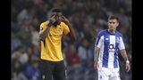 El atacante de Young Boys Jean-Pierre Nsame, izquierda, gesticula tras anotar un penal en un partido de la Liga Europa contra Porto el jueves, 19 de septiembre del 2019. UEFA acusó a Porto por conducta racista de sus hinchas durante el partido. (AP Foto/Luis Vieira)