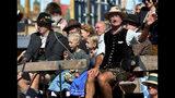 Gente con vestimenta tradicional desfila en la inauguración de la 186ta Oktoberfest, Munich, Alemania, sábado 21 de septiembre de 2019. (AP Foto/Matthias Schrader)