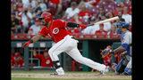 Christian Colón de los Rojos de Cincinnati remolca una carrera con un sencillo ante los Mets de Nueva York en el noveno inning, el sábado 21 de septiembre de 2019. (AP Foto/John Minchillo)