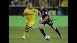 Marco Reus, del Borussia Dortmund, disputa un balón con Erik Durm, del Eintracht de Fráncfort, en un encuentro de la Bundesliga disputado el domingo 22 de septiembre de 2019 (AP Foto/Michael Probst)
