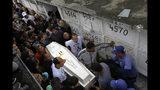 Personas cargan el féretro de Ágatha Sales Félix, una niña de 8 años que murió al recibir el impacto de una bala perdida, en un cementerio de Río de Janeiro, el domingo 22 de septiembre de 2019. (AP Foto/Silvia Izquierdo)