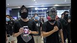 """Manifestantes contrarios al gobierno cantan una canción protesta, """"Gloria a Hong Kong"""", en un centro comercial en Hong Kong, el domingo 21 de septiembre de 2019. (AP Foto/Kin Cheung)"""