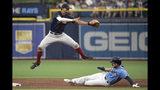 El torpedero Xander Bogaerts de los Medias Rojas salta sobre Austin Meadows de los Rays de Tampa Bay tras sacarlo out en segunda base, el domingo 22 de septiembre de 2019. (AP Foto/Phelan M. Ebenhack)