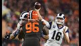 El quarterback de los Rams de Los Ángeles, Jared Goff, lanza un pase de touchdown de 11 yardas en la segunda mitad del juego ante los Browns de Cleveland, el domingo 22 de septiembre de 2019, en Cleveland. (AP Foto/David Dermer)