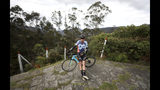 El exciclista de competición Armando Cardenas se apoya contra su bicicleta tras pedalear desde la localidad de Madrid a Zipacón, en Colombia, el martes 27 de agosto de 2019. (AP Foto/Fernando Vergara)